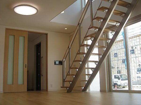 南側にあるリビングにはオープン階段があります。明るく開放的でのびのびと家族が過ごせる空間になりました。