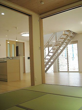 LDK+和室が一続きになってとても広い空間になります。 押入れ、神棚、床の間も完備。