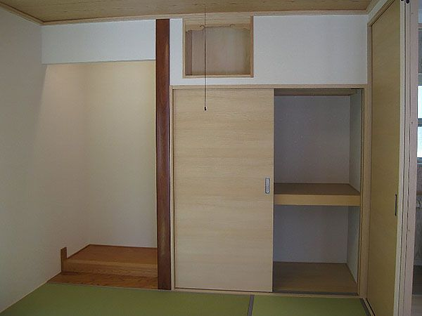 LDKと隣接する4畳半の和室には、押入れ、神棚、床の間もあります。