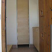 玄関を開けると、右側はシューズボックス・正面はクローク左側はLDK入口になっています。クロークはキッチンへダイレクトで繋がっています。
