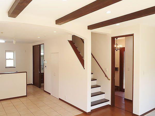 アーチ天井と化粧梁もおしゃれな空間を演出してくれます! ダイニングには密かに白い扉の収納スペースも。