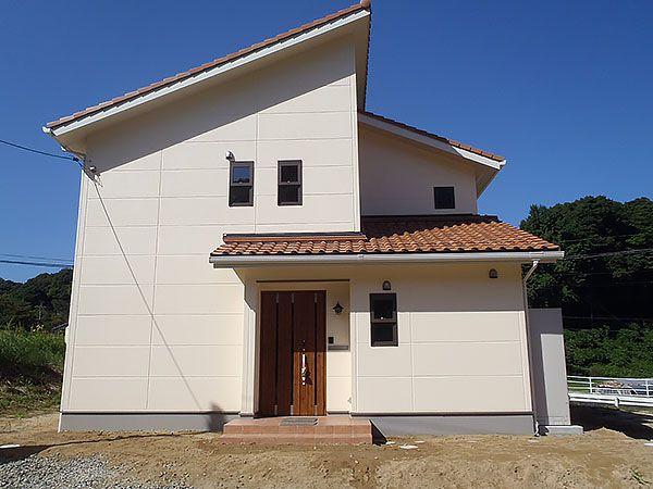 外観にもこだわって、屋根や色使いで南欧風の雰囲気に仕上がりました。 サッシの枠色も茶色系にして高級感がありおしゃれにまとまりました。