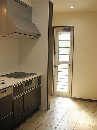 キッチンの色も、建具や床色に合ったブラウン系でまとめています。