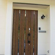 家全体の雰囲気により一層のまとまりを与える茶色のドア
