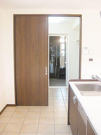 キッチンから洗面室への動線も抜群です。洗面室には乾燥スペースも。雨が降っていても安心して洗濯物が干せます。