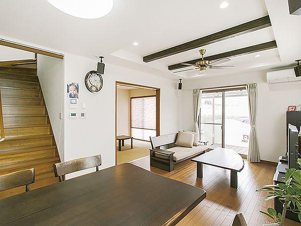 リビング階段にしたことで1階の声が2階にもよく届く。家族がいつもつながる空間を提案。