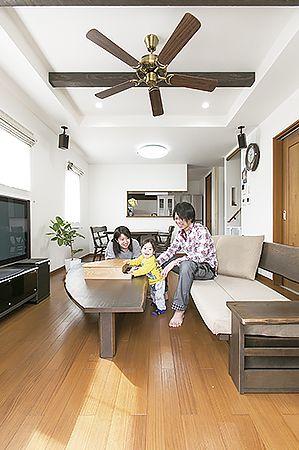 折上天井にして開放感を高めたリビング。床にはうづくり仕上げの無垢フローリングを使用。1階全室床暖房なので足元からポカポカ暖かく、冬でも素足で気持ちよく過ごすことができる。