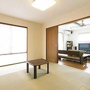 リビングと引き戸を通じてつながる和室は玄関からも直接出入りできる回遊性の高い空間。
