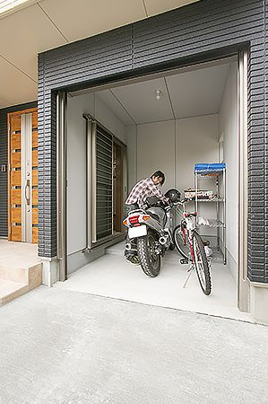 バイクの手入れができる本格的なガレージ。玄関ともつながっているので便利に使える。
