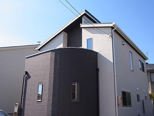 ベージュとブラウンの組み合わせで温かい印象に。また、外壁はタイルを使用。高級感のある仕上がりに。