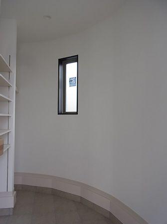 玄関入口奥、扉がなくてもナチュラルに目隠しになる位置にクロークを配置しています。急な来客も安心です。