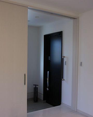 シックなドアを開ければ、明るい色合いの玄関ホールです。