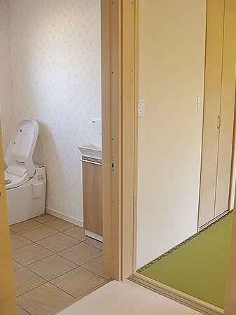ご両親の部屋からは、スムーズにトイレに行くことができます。トイレ室内は広いので、車いすでも移動が簡単!