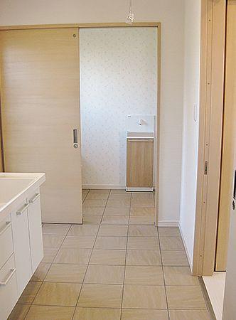 トイレからは、洗面室へも移動可能です。ここからリビングへも移動ができるので行き止まりがありません!