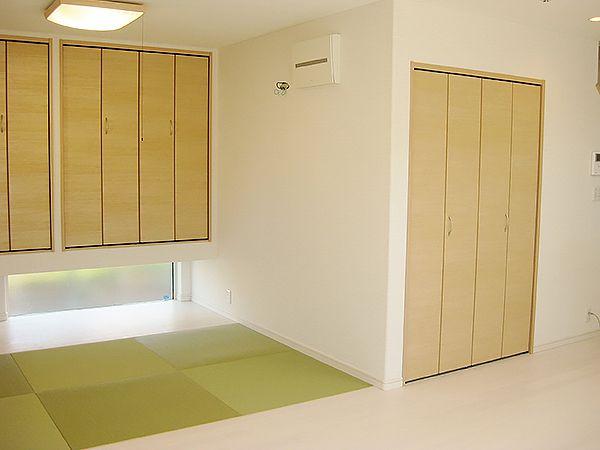 リビングには畳コーナーが隣接しています。吊り収納とその下の窓が、明るくておしゃれな和室を演出してくれます。