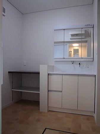 洗面台横にタオルなどを置けるように、カウンターを設置。下は収納もできて、空間もスッキリ。