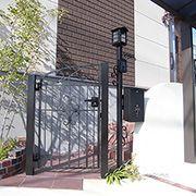 建物のイメージと合わせた外構は、門扉や表札・ポストなどもこだわり感があります。