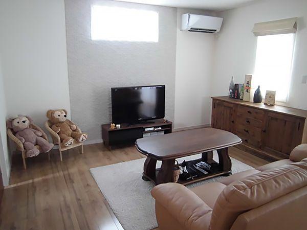 奥様のお気に入りの家具が似合うような、木目のフローリングを採用。約20帖あるLDKの壁面は、雑貨や小物なども映えるシンプルな仕上がりになっています。