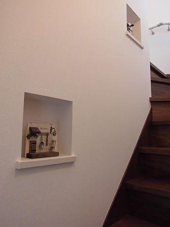 奥様が遠方まで買い付けに行ったというお気に入りの一品。階段のニッチにかわいらしく収まっています。