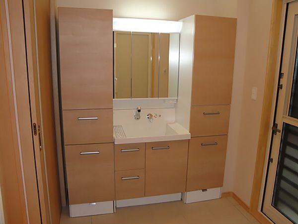 洗面台にはサイドキャビネットもあり、深さや奥行、少しの隙間も残さず最大限に利用した驚きの収納量です!!これまで外に置いていたモノも、キレイに整理して収納できますね。