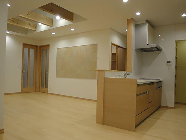 対面キッチンでも木目調のキッチンカウンターやカップボードを選ぶことで、リビングと違和感なく調和し部屋全体に統一感ができました。