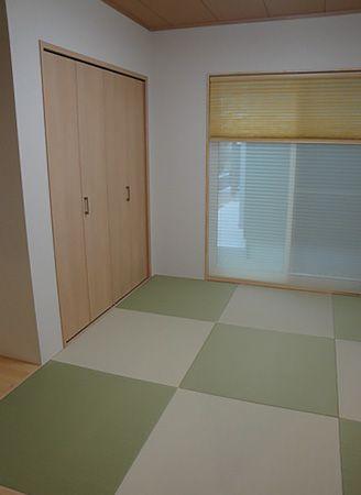 玄関入ってすぐ前に和室あります。お客様は他の部屋を横切ることなく直接お部屋にお通しできます。また、グリーン、ベージュ2色の畳を採用することで、ご夫婦の遊び心を反映しました。
