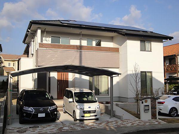 白をベースに、柄や質感の違う茶色を組み合わせました。ベランダや玄関ドアの木目も目を引くポイントです。 屋根には、5.1kwの太陽光発電システムを設置しました。