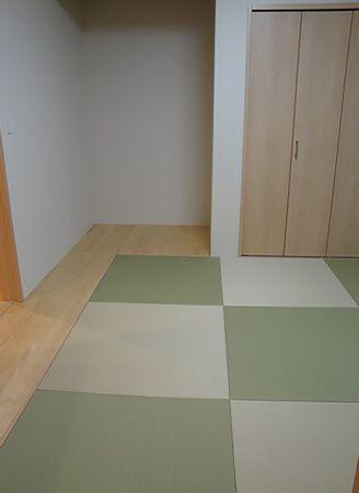 関入ってすぐ前に和室あります。お客様は他の部屋を横切ることなく直接お部屋にお通しできます。また、グリーン、ベージュ2色の畳を採用することで、ご夫婦の遊び心を反映しました。