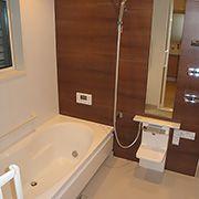 浴室は落ち着いた色合いのキレイな木目調で上品な印象です。出入りも引き戸ならスムーズにできますね。