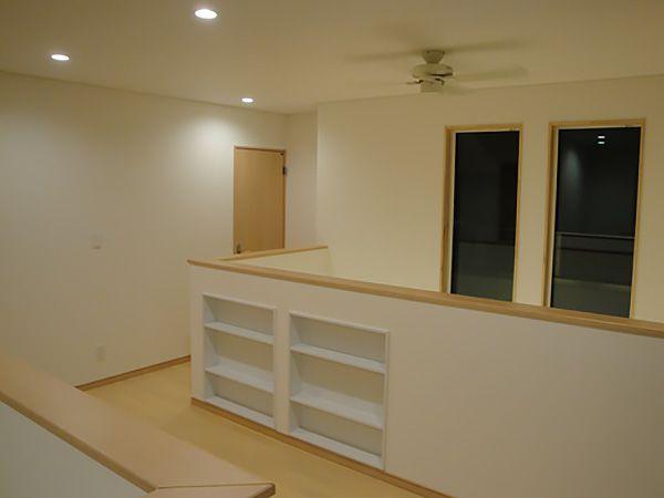 2階ホールには壁を利用して本棚を造りました。お気に入りの本や、インテリアを詰め込めばまるでオシャレな図書館!いずれソファーを置くご予定とのこと。家族のお気に入りの場所となりそうですね。