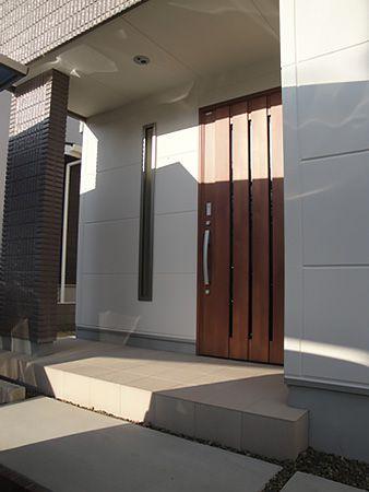 玄関扉のデザインに合わせ、その横に全体の雰囲気を壊さないよう細めのスリットガラスを施工。このスリット窓は土間収納に明るい光を入れてくれます。