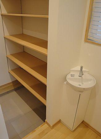 土間収納からも中に入ることができ、普段使いとお客様の入り口を分ければ、いつでも玄関が綺麗な状態でお出迎えできます。入り口前の手洗い器で、帰ってすぐに手が洗えてとても便利です。