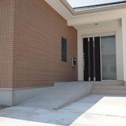玄関はゆとりある広さを確保し、緩やかなスロープと階段の両方を造りました。