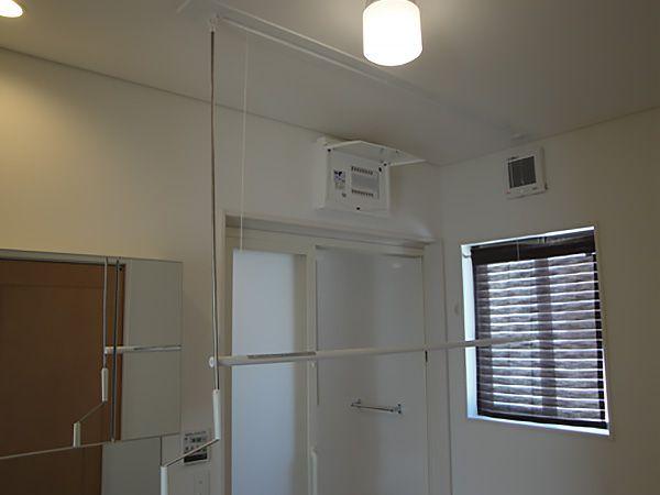 雨の日のお洗濯に便利な室内物干しは使う人に合わせて高さの調節が出来ます。