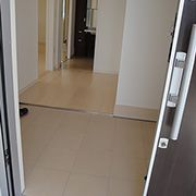 スライドドアの玄関はハンドルをしっかり握って引く必要が無く、力いらずで簡単に開けられます。手で扉を抑えていなくても閉まる心配もないので、両手に荷物を持っている時でも楽チン
