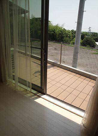 窓とウッドデッキの間に段差が無いので車椅子でも外に出ることが出来ます。