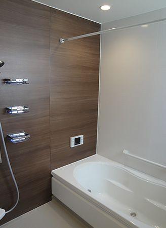 1面の壁を木目柄にすることで、お風呂空間の印象が大きく変わります。