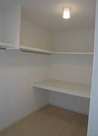 ウォークインクローゼットの設置で寝室空間は広々です。