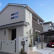 やわらかな印象を崩すことなく建物に馴染む外構で、家全体を引立てています。
