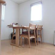 ダイニングテーブルは南側からの光が入る場所に設置し、明るい食卓にはいつも笑顔が溢れています。
