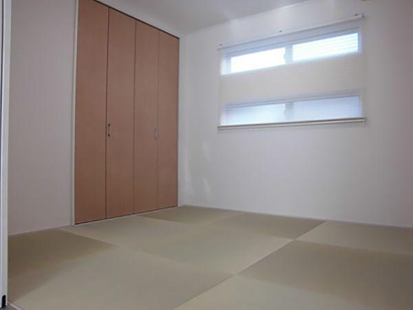 お施主様が計画当初より希望されていたのが、この「琉球畳」です。光の当たり具合によって、デザイン性を感じさせます。