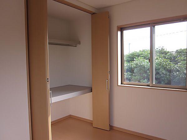 寝室にはクローゼットと2帖ほどのウォークインクローゼットを作られました。 たくさん収納できそうです。