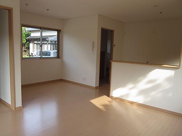 家族が一番集まる場所なので広々空間に仕上げました。ナチュラル色のフロアがお部屋全体を明るく広く見せています。