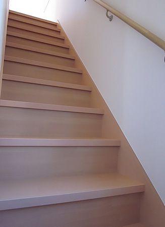 リビングを通らないと2階へ上がれない間取りで家族みんなが必ず顔を合わせられます。冷暖房効率を考慮して引き戸で仕切れるリビング階段です。