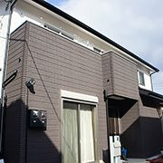 外壁には高性能外壁材のALCフラットパネルとパネル1枚1枚の表情が微妙に違う自然石調のデザインパネルを採用