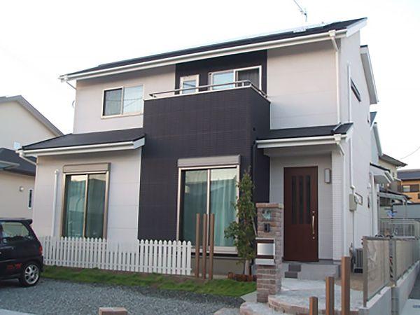 全体的にすっきりさせて、アクセントのジーファスパネル(黒)が映えるようにしています。外観を重視して窓の設置位置を決めています。