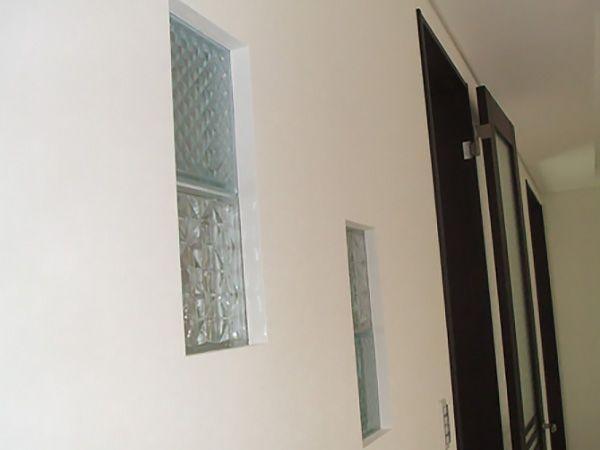 硝子ブロックを付ける事によって人が通った時の影が見えるようになっています。その為、玄関から直接2階に上がっても帰ってきた気配がリビングにいるご家族に伝わるようになります。当初は小窓の設置を予定していましたが、硝子ブロックに変える事によってひとつのインテリアのようになりました。