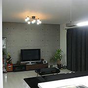 床の色とマッチして無機質感アップ。大きな掃き出しサッシで採光のとれたあかるい空間。