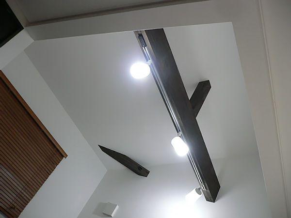 ダイニングの天井は勾配をつけ、開放感が生まれました。梁が見えて、とってもおしゃれな仕上がり。