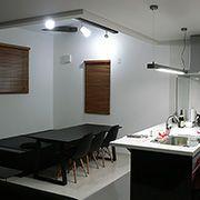 白い床と壁、そしてキッチンはダーク色を採用。メリハリの効いた内観。